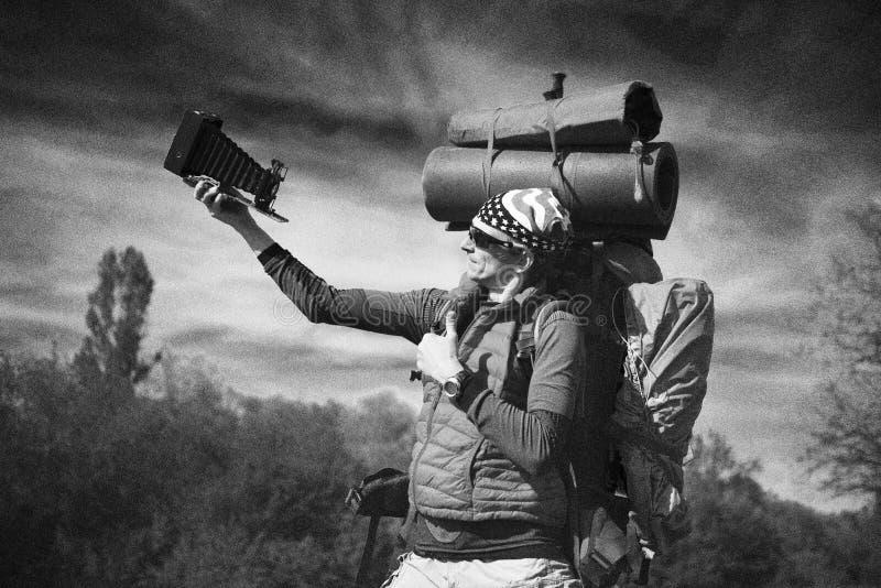 Reusachtige beginnerrugzak in de bergen royalty-vrije stock fotografie