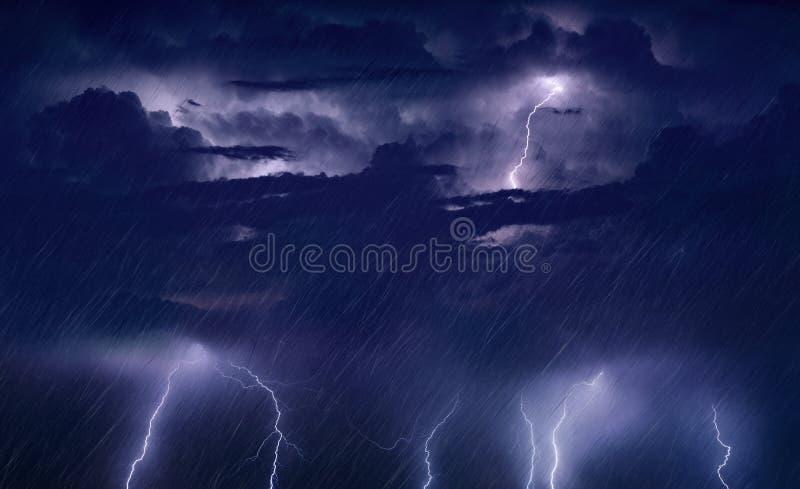 Reusachtige bliksem en zware regen in donkere stormachtige hemel stock foto's