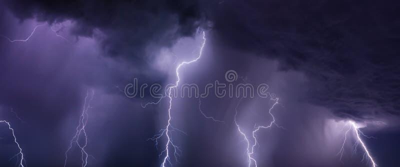 Reusachtige bliksem en zware regen in donkere stormachtige hemel royalty-vrije stock afbeelding