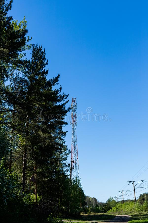 Reusachtige communicatie antennetoren en satellietschotels tegen blauwe hemel Telecommunicatietorencellen voor mobiel royalty-vrije stock foto's