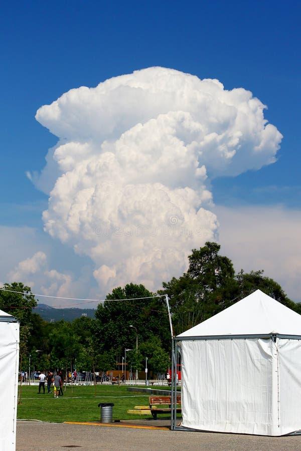 Reusachtige cumuluswolk die hoog in de blauwe hemel toenemen royalty-vrije stock afbeelding