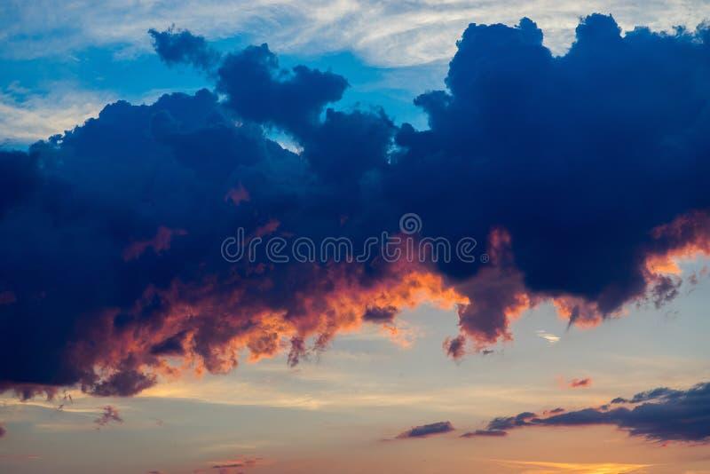 Reusachtige cumuluswolken bij zonsondergang stock foto's