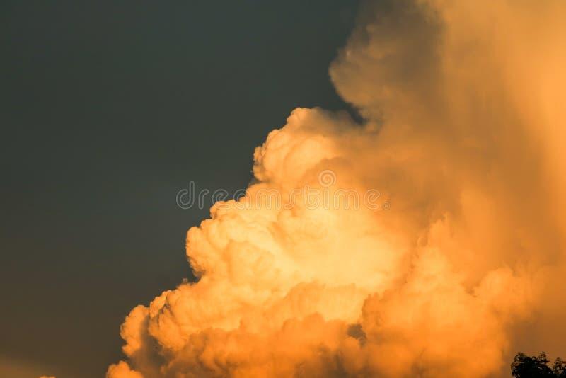 reusachtige de wolken donkere hemel van de hoop reuze oranje zonsondergang royalty-vrije stock foto