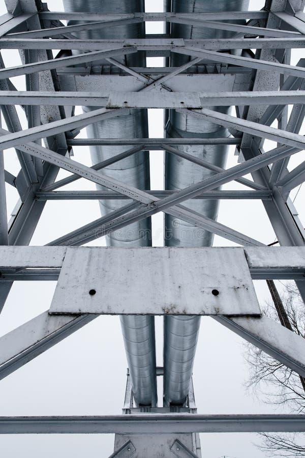 Reusachtige die aardgasleiding langs sneeuwstraat in Riga, Letland wordt gelegd royalty-vrije stock foto's