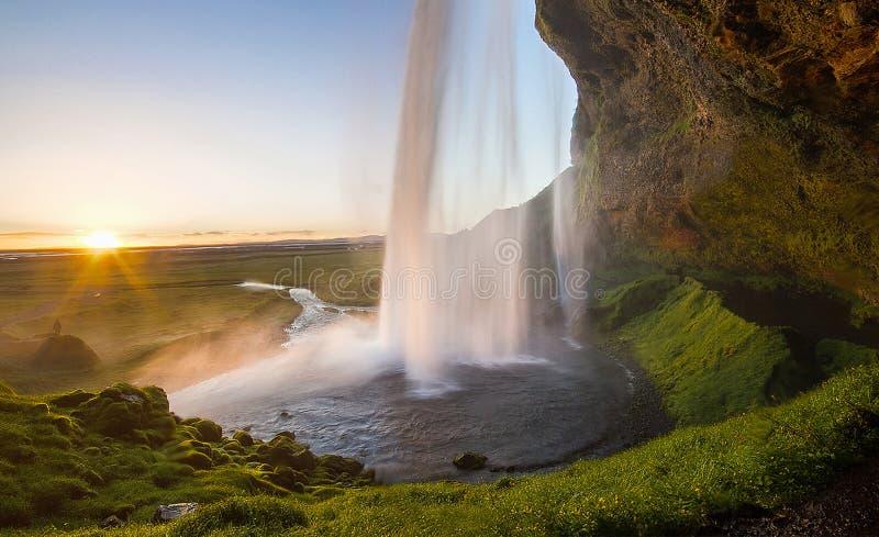 Reusachtige en dramatische waterval tijdens zonsondergang, Seljalandsfoss, IJsland stock foto