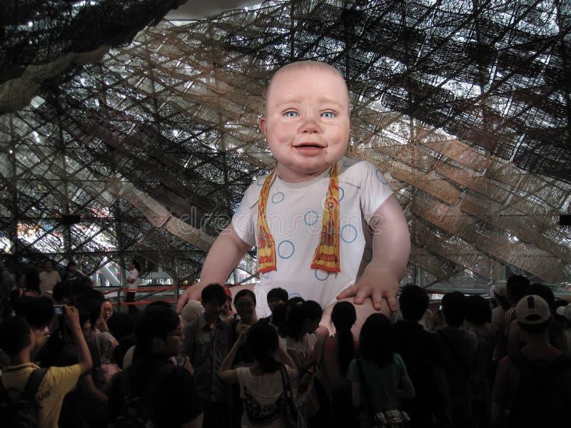 Reusachtige geanimeerde die babyledenpop binnen het Spaanse paviljoen bij de plaats van de Wereld Expo 2010 in Shanghai wordt get royalty-vrije stock fotografie