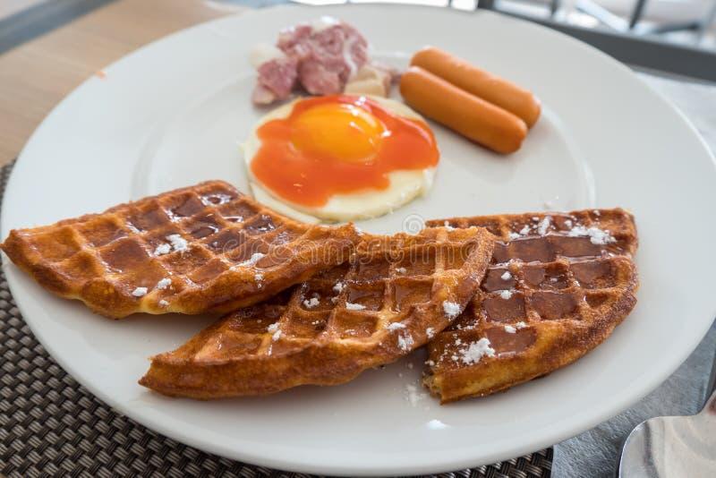 Reusachtige gezonde ontbijtverspreiding op een lijst met wafels, ei, worst, hamkaas stock foto