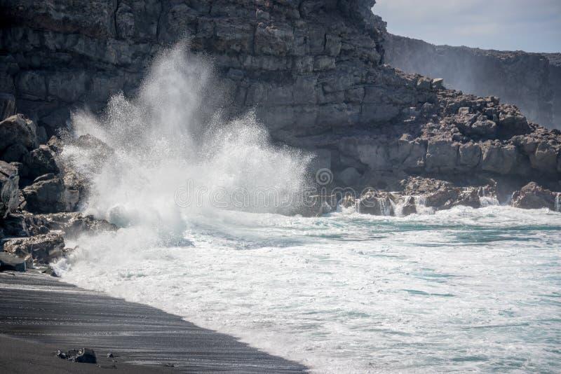 Reusachtige golf die op de rotsen op Playa del Paso, een zwart zandstrand in Lanzarote verpletteren, Canarische Eilanden Spanje royalty-vrije stock afbeelding