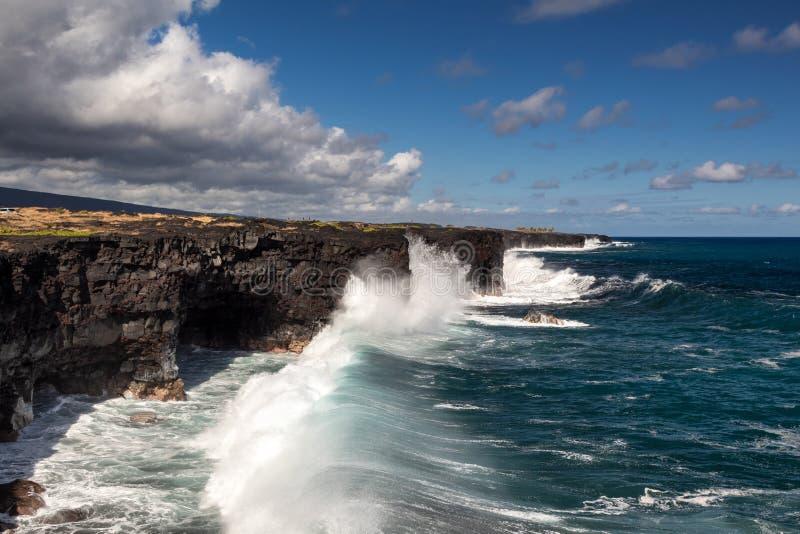 Reusachtige golven bij de kustlijn van de Kilauea-vulkaan royalty-vrije stock foto