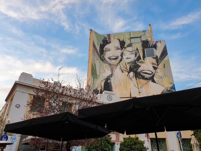 Reusachtige graffiti op een de bouwvoorgevel in het vierkant van Helden in Psirri-buurt van centraal Athene royalty-vrije stock fotografie
