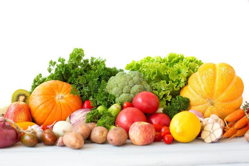 Reusachtige groep verse groenten en vruchten stock fotografie