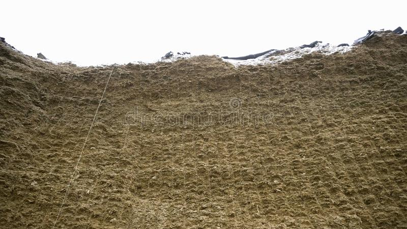 Reusachtige hooiberg lengte Ruwe reusachtige muur van samengeperst hooi voor voorraad in de winter voor het voeden van veevee Lan royalty-vrije stock fotografie