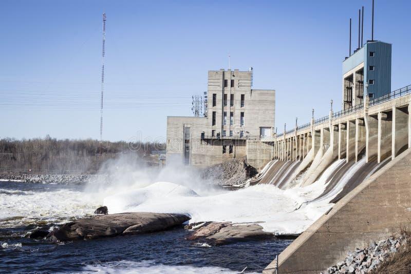Reusachtige hydrowaterdam met gutsend water over de turbines royalty-vrije stock foto