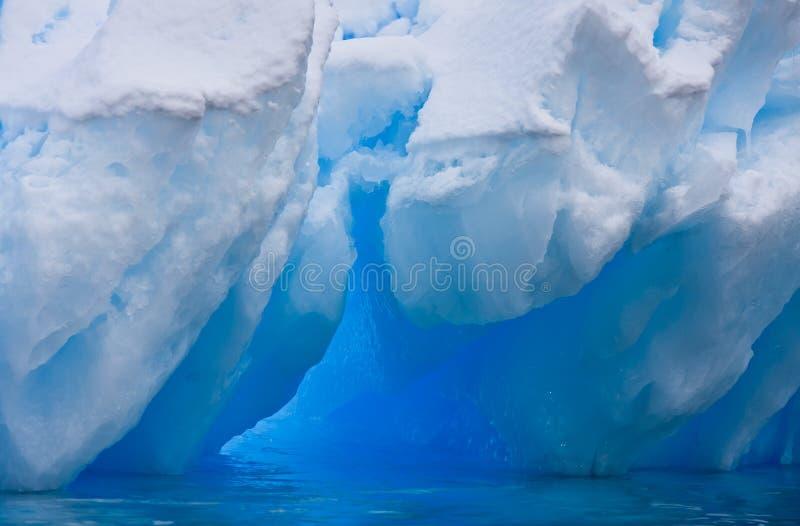 Reusachtige ijsberg stock foto