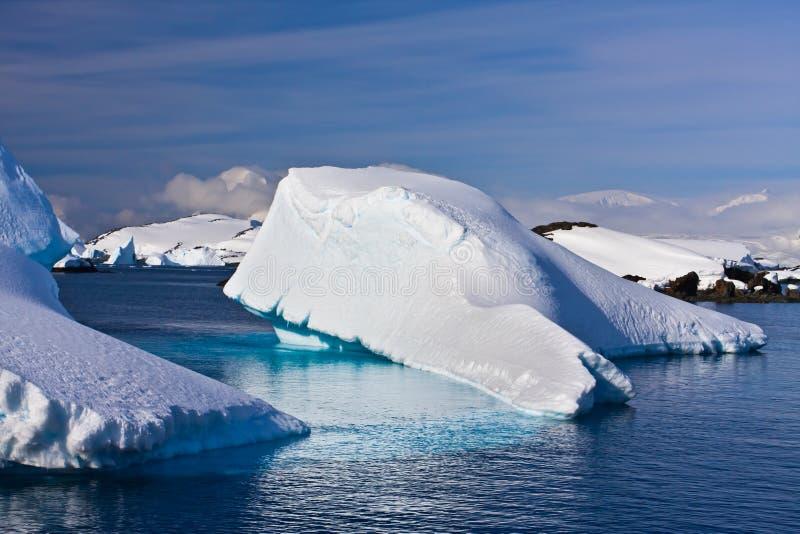 Reusachtige ijsberg in Antarctica royalty-vrije stock afbeeldingen