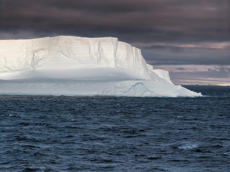 Reusachtige Ijsberg die In tabelvorm in Bransfield-Straat, Antarctica drijven royalty-vrije stock foto's