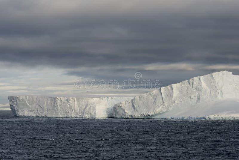 Reusachtige Ijsberg die In tabelvorm in Bransfield-Straat dichtbij het noordelijke uiteinde van het Antarctische Schiereiland dri royalty-vrije stock afbeeldingen