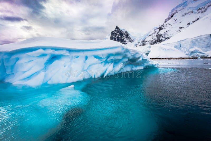 Reusachtige ijsbergen in Antarctica stock afbeelding
