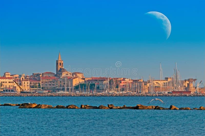 Reusachtige maan over Alghero stock afbeelding
