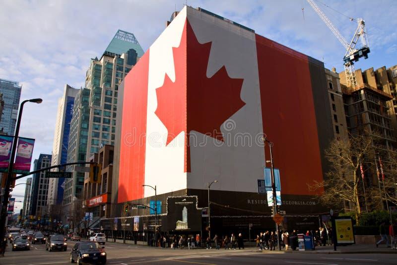 Reusachtige patriottische Canadese Vlag bij de bouw, Vancouver royalty-vrije stock afbeeldingen