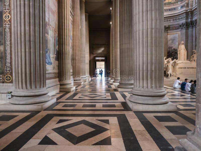 Reusachtige pijlers en betegelde vloer binnen Parijs, Frankrijk, Pantheon royalty-vrije stock foto