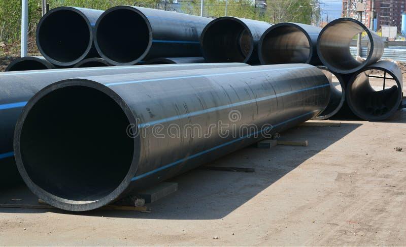Reusachtige pijpen voor het verwarmen, olie en gas stock afbeelding