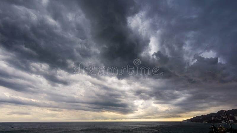 Reusachtige regenwolken over de Baai royalty-vrije stock afbeeldingen