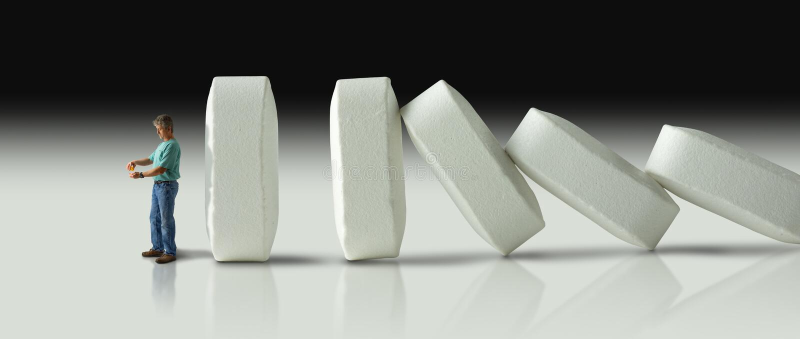 Reusachtige rij van pillen die over als domino's aan uiteindelijk crus verpletteren stock afbeelding