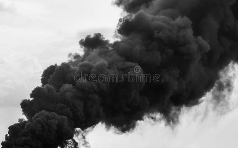 Reusachtige rookwolken op hemel stock foto