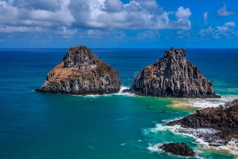 Reusachtige rots dichtbij het strand in Fernando de Noronha royalty-vrije stock fotografie