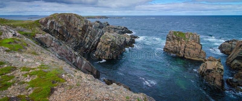 Reusachtige rotsen en keidagzomende aardlagen langs de kustlijn van Kaapbonavista in Newfoundland, Canada royalty-vrije stock afbeeldingen