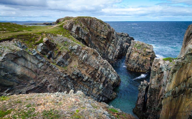 Reusachtige rotsen en keidagzomende aardlagen langs de kustlijn van Kaapbonavista in Newfoundland, Canada royalty-vrije stock foto's