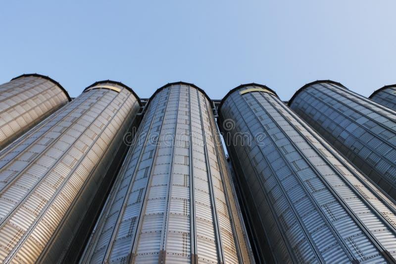 Reusachtige silo's stock afbeeldingen