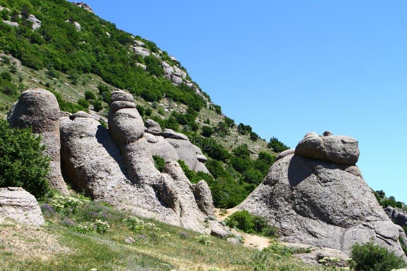 Reusachtige steenconglomeraten op Demerji-berghellingen, natuurlijke landschapsfoto royalty-vrije stock afbeeldingen
