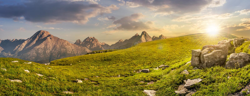 Reusachtige stenen in vallei bovenop bergketen bij zonsondergang stock afbeeldingen