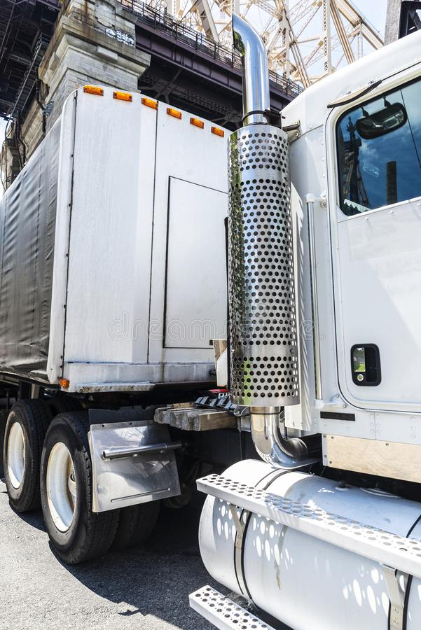Reusachtige uitlaatpijp van een zware witte vrachtwagen royalty-vrije stock foto