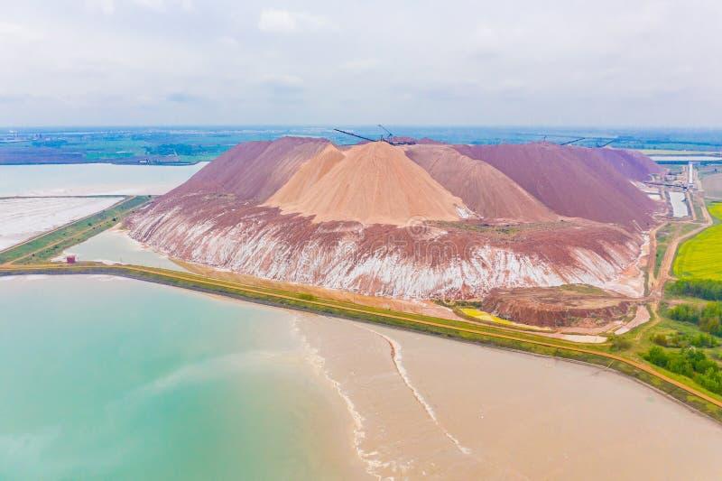 Reusachtige van het kaliumzout en zand stapels, luchtlandschap Het concept van de mijnbouw stock foto