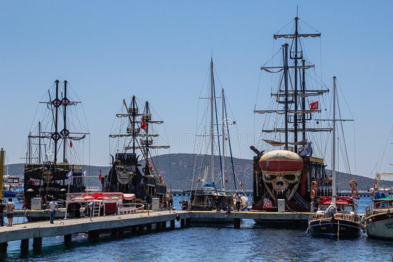 Reusachtige varende toeristenschepen Piraatschip - Vliegende Nederlander stock afbeeldingen
