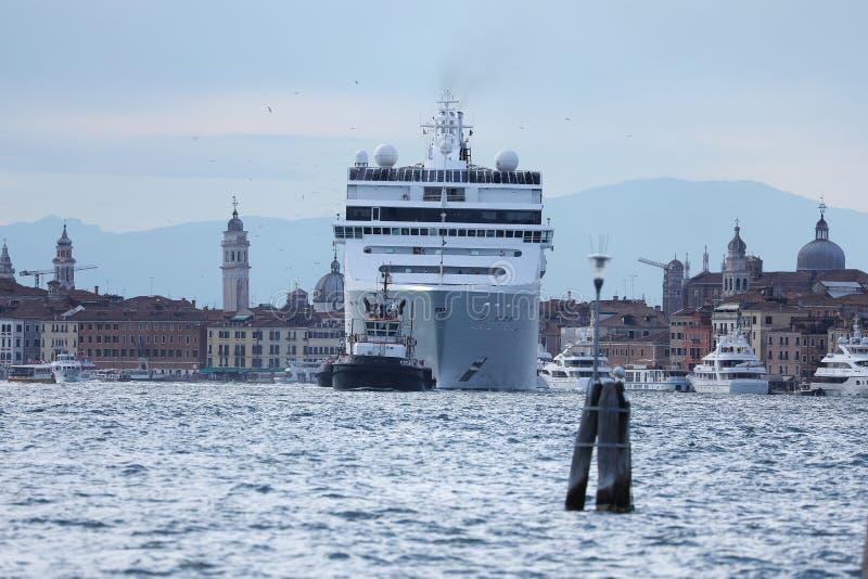 Reusachtige veerboot die in Venezian-lagune, Italië varen stock afbeelding
