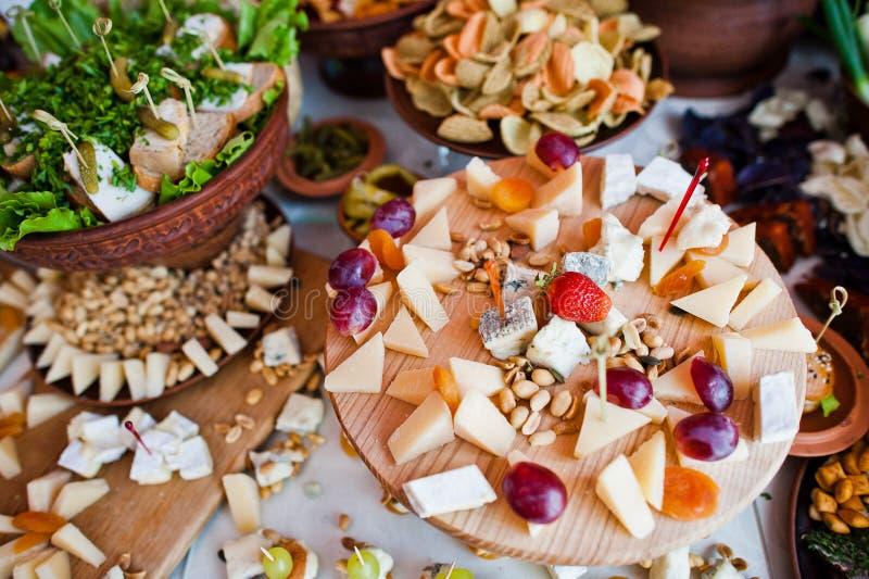 Reusachtige verscheidenheid van kaas en groenten in het zuur op het huwelijksbanket royalty-vrije stock afbeelding
