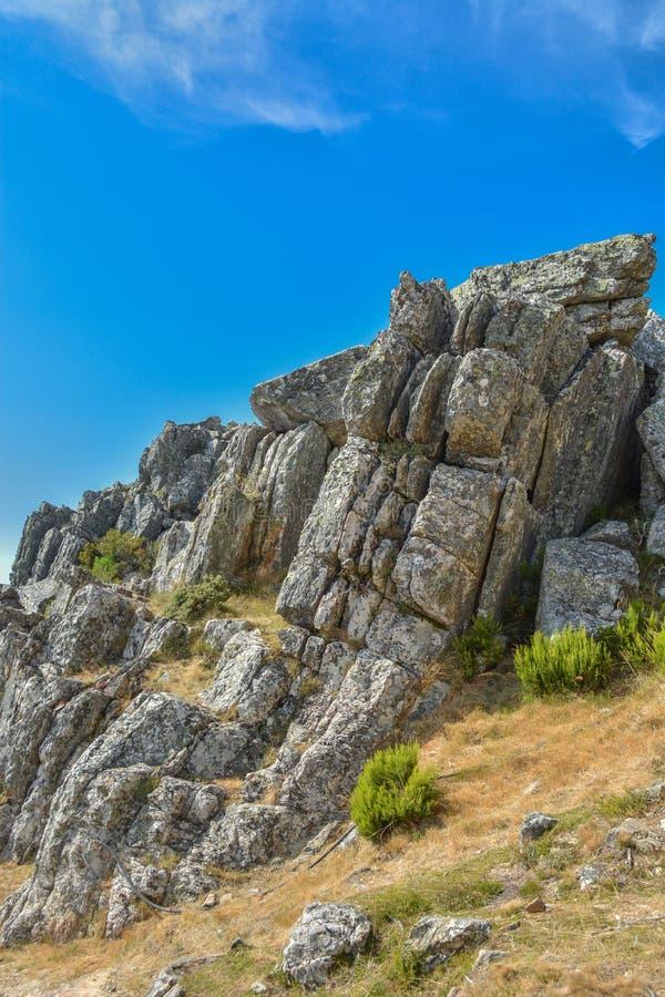 Reusachtige verticale granietrotsen in Portugal stock fotografie