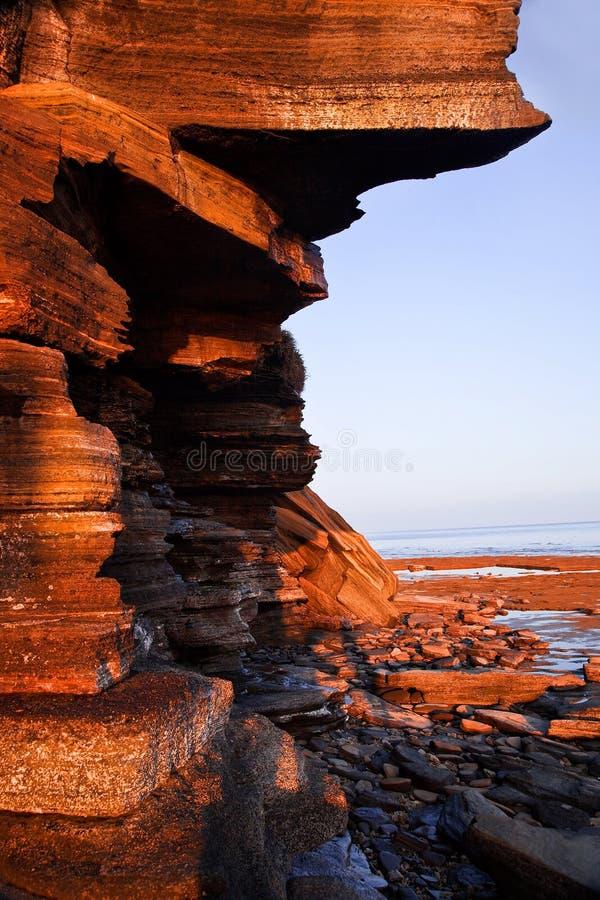 Reusachtige vulkanische rotsen door het overzees royalty-vrije stock afbeelding