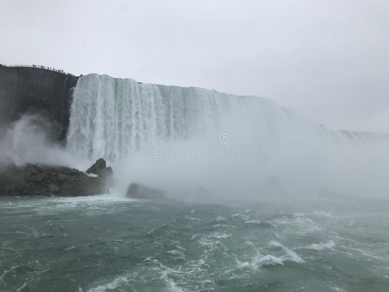 Reusachtige waterval bij de Niagara-dalingen stock afbeeldingen