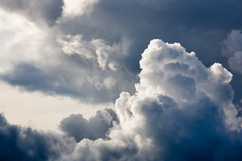 Reusachtige wolken stock foto