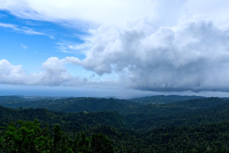 Reusachtige Wolken over het Regenwoud van Gr Yunque stock afbeelding