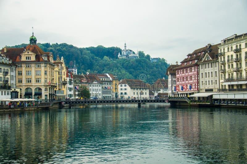 Reuss flod från träkapellbron, Luzern, Schweiz royaltyfri fotografi