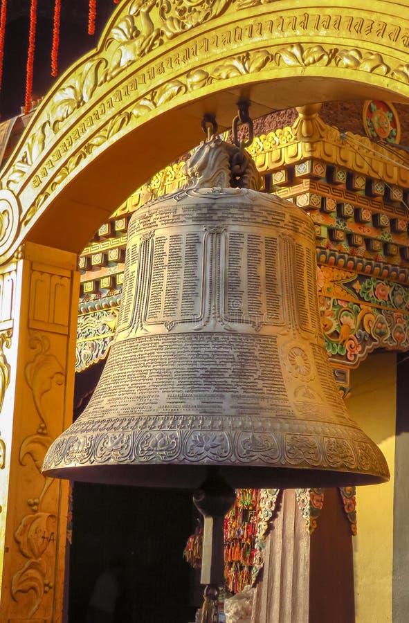 Reuze boeddhistische gebedklok bij Boudhanath-stupa, Katmandu, Nepal royalty-vrije stock afbeelding