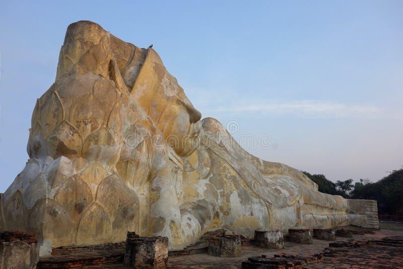 Reuze Doende leunen Boedha in Thailand stock fotografie