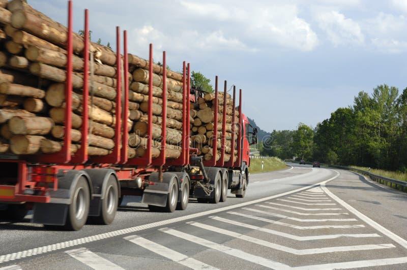 Reuze houtvrachtwagen op levering royalty-vrije stock afbeelding