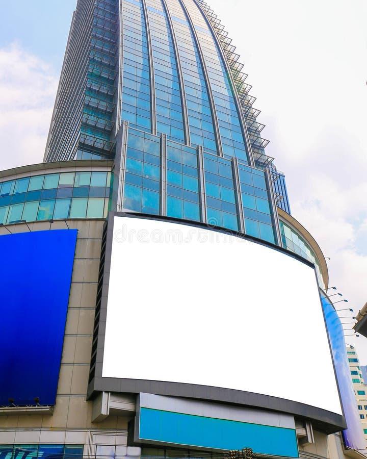 Reuze leeg aanplakbord, vertoning op een wolkenkrabber in een grote stad voor royalty-vrije stock afbeelding